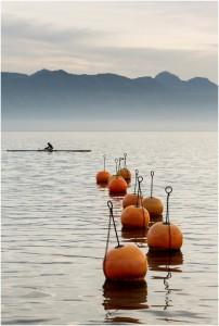 Farbfoto Rechteck hoch orange Poller im Meer